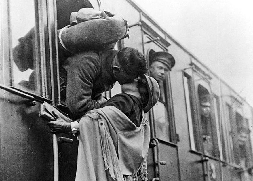 Foto di un bacio alla stazione